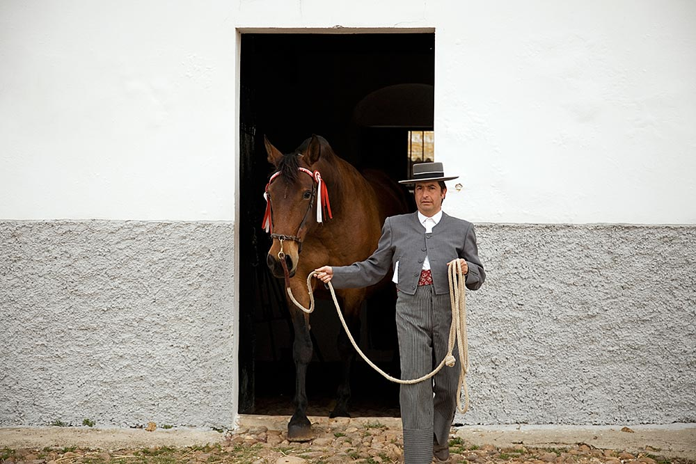 Vicente De La Escalera is one of the sons of breeder José Luis De La Escalera, owner of the Yeguada de la Escalera. They form part of a very prestigious family of breeders for more than 300 years. Their horses are kept at the Pozo Santo (Holy Well) ranch located in Fuentes de Andalucía (Seville).